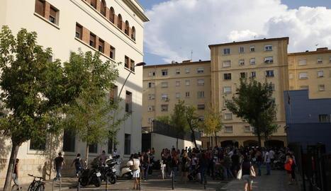 Desenes de pares es concentren cada dia a la sortida del col·legi Lestonnac.