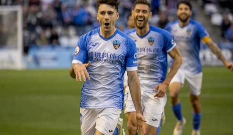 Xemi celebra un gol contra el Vila-real B amb Adri León darrere.