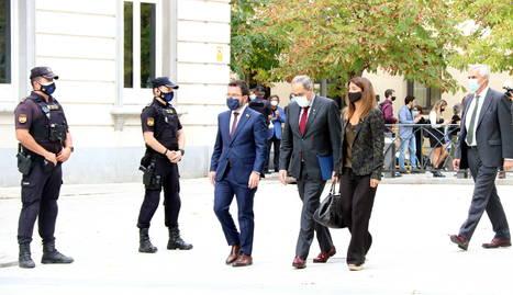 El president de la Generalitat, Quim Torra, el vicepresident, Pere Aragonès, i la consellera Meritxell Budó, a les portes del Suprem.