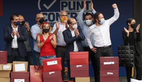 Els impulsors de la moció de censura mostren la seua alegria durant la presentació de les firmes.