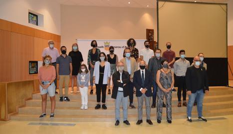 Foto de família de la presentació, amb responsables de Lleida TV, el Conselh, la Xarxa, la UdL i actors