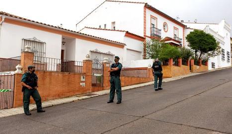 La Guàrdia Civil vigila la casa del detingut per la desaparició.