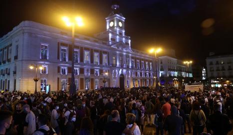 Centenars de persones es van concentrar a la Puerta del Sol per protestar per les noves restriccions.
