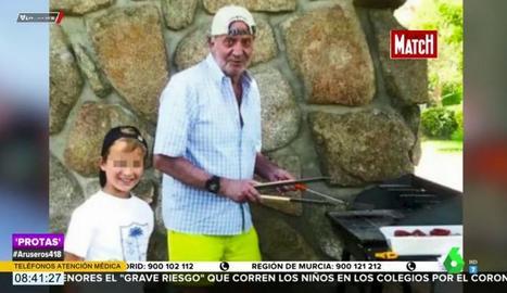 Joan Carles, amb el fill de Corinna, en una foto difosa per ella.