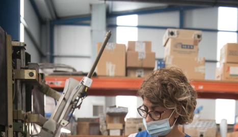 fires. Detall d'una exhibició professional d'una perruquera a l'estand de Termix en una fira del sector.