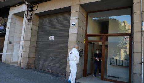 Agents dels Mossos d'Esquadra ahir a l'immoble on va tenir lloc el crim a Cappont.