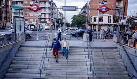 Diverses persones passegen al barri de Carabanchel, un dels afectats per les noves restriccions.