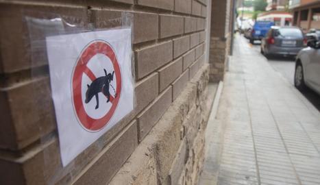 Un dels cartells, en un façana del carrer Bellpuig.