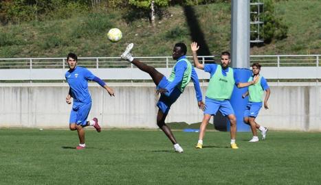 La plantilla del Lleida Esportiu continua exercitant-se des de divendres al camp de Garòs.
