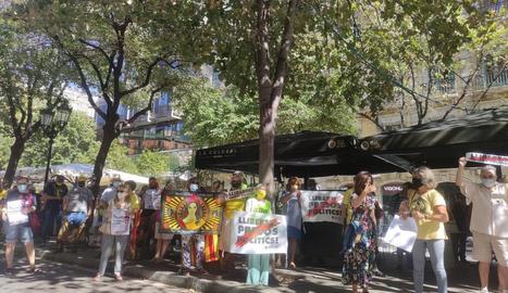 Diversos dels manifestants que ahir van recordar les protestes del 20-S a Barcelona.