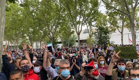 Mobilitzacions ahir davant de l'Assemblea de Madrid contra les noves restriccions.