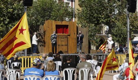Vallverdú; Quim Torra; l'alcalde, Jordi Ignasi Vidal; i Pilarín Bayés, en la inauguració de l'Encontats.