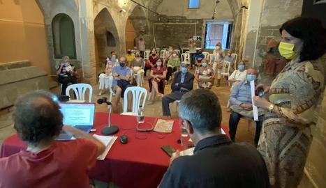 Debat sobre la Cervera cultural de Josep Benet, ahir a l'església de Sant Joan Degollat.