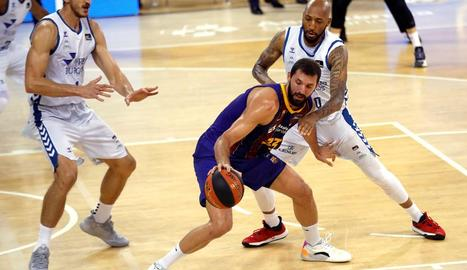 Nikola Mirotic controla davant la defensa de Kei Horton.