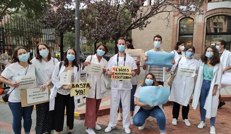 Un grup de metges interns residents de Lleida, ahir en una concentració a Barcelona.