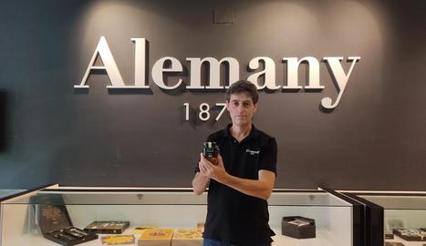 Ferran Alemany, gerent de Torrons i Mel Alemany, amb un dels productes premiats