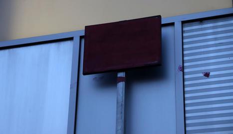 La placa de la plaça, pintada.