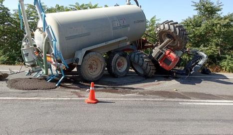 El tractor, amb una cisterna amb purins, va bolcar a la carretera entre Tamarit i Albelda, a la Franja.