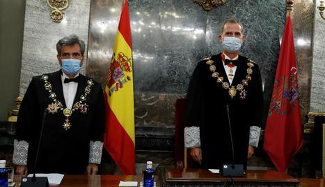 Felip VI acompanyat pel president del CGPJ, Carlos Lesmes.