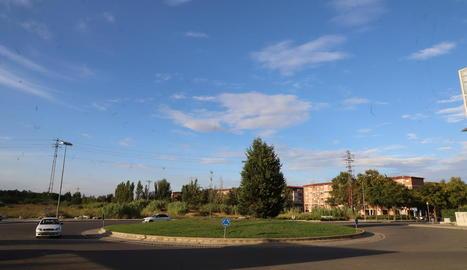 La rotonda que ha de ser el punt final d'Onze de Setembre i, al fons, els terrenys afectats.