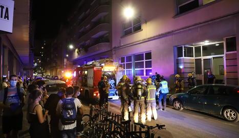 L'incident va causar gran expectació entre els transeünts, que es van amuntegar davant del centre cívic.