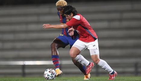 Vicky Losada intenta anar-se'n de la defensa de la lleidatana Andrea durant el partit disputat ahir a la Ciutat Esportiva Joan Gamper.