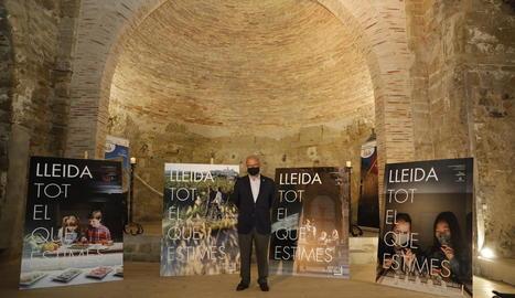 Cerdà, davant dels cartells dels quatre eixos de la campanya.