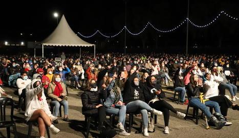 El públic durant l'actuació de Stay Homas als Camps Elisis, asseguts i amb distàncies.