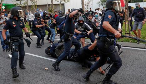 Càrregues contra una manifestació de protesta pels confinaments selectius, dijous a Madrid.