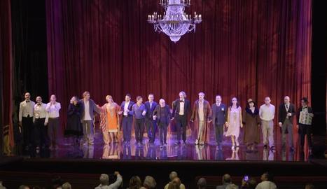 Al centre, Lluís Pasqual saluda el públic d'una de les obres que ha dirigit.