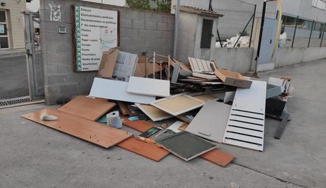 Residus voluminosos tirats davant de la deixalleria de Tàrrega.