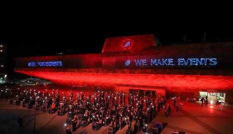 Empreses, professionals i associacions del sector dels esdeveniments i espectacles van il·luminar la Llotja de roig en senyal de protesta.
