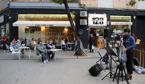 Música en directe a l'avinguda València de Lleida, ahir.