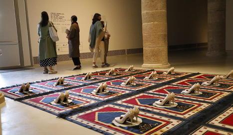 Una de les peces de la mostra, 'Silence Bleu', amb la qual Zoulikha Bouabdellah ret homenatge a les dones àrabs.