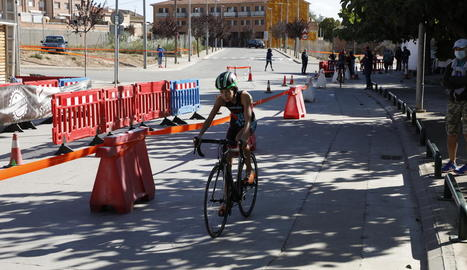 Un dels participants durant el tram de ciclisme.