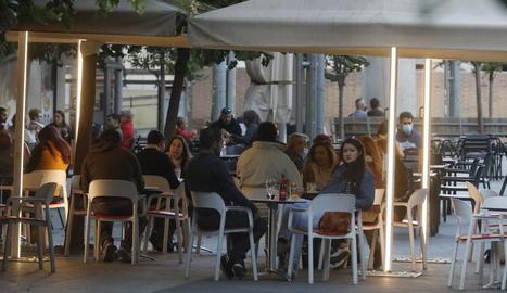 Des de dissabte és vigent la prohibició de reunió de més de sis persones, també a les terrasses.