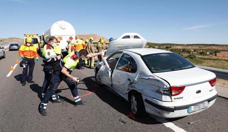 El xoc s'ha produït quan el turisme que es trobava avariat a la via.