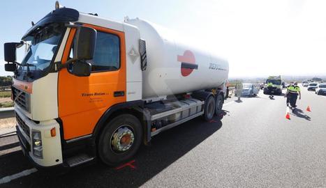 El camió implicat en l'accident, amb el turisme de la víctima en segon terme.