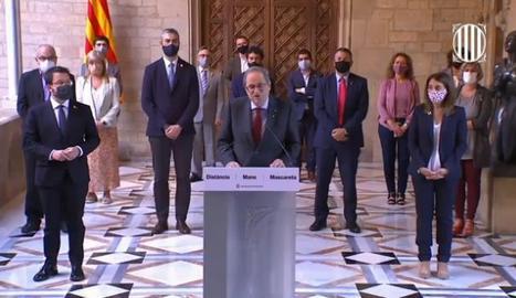 Un moment de la declaració de Quim Torra, acompanyat de tot el Govern, aquest dilluns al Palau de la Generalitat.