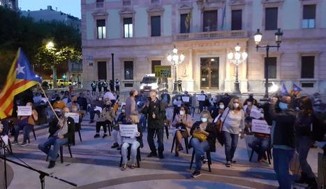 Protesta a la plaça de la Pau de Lleida amb 150 cadires