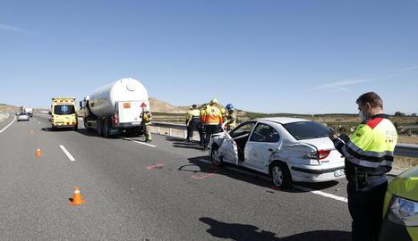 Imatge del camió cisterna i del turisme que conduïa la víctima.
