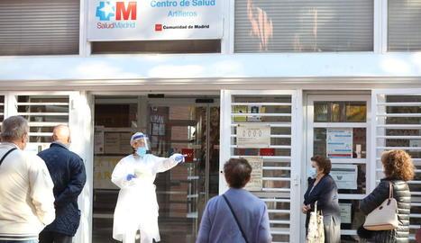 Cues al Centre de Salut del districte de Vicálvaro, on ahir van entrar en vigor noves restriccions.