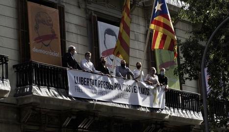 Entitats sobiranistes despleguen una pancarta a la plaça Sant Jaume en suport a Torra.