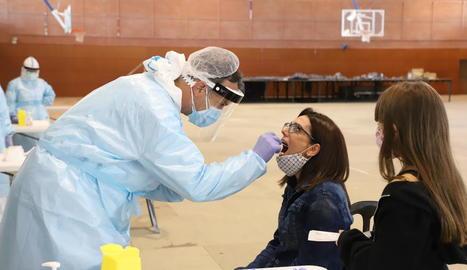 Salut va fer proves PCR la setmana passada a alumnes i pares a Almenar.