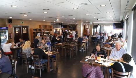 Imatge d'un restaurant amb el límit de sis persones per taula.