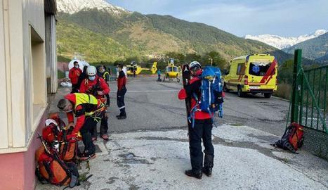 Membres de l'operatiu de rescat a l'heliport de Vielha abans de partir cap a Aigüestortes.