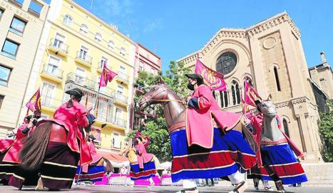 Ball dels gegants durant el Seguici, ahir a l'escenari de la plaça Sant Joan.