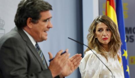 Els ministres Escrivá i Díaz, ahir, després del Consell de Ministres.