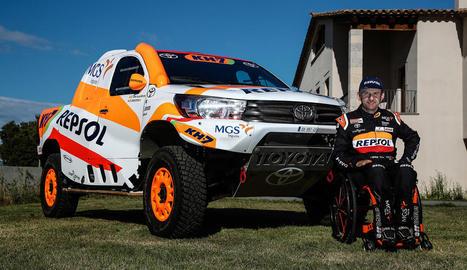 Isidre Esteve, al costat del competitiu Toyota amb el qual participarà en el Dakar 2021.