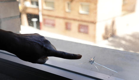 Imatge del forat que va deixar el projectil al vidre de la finestra.